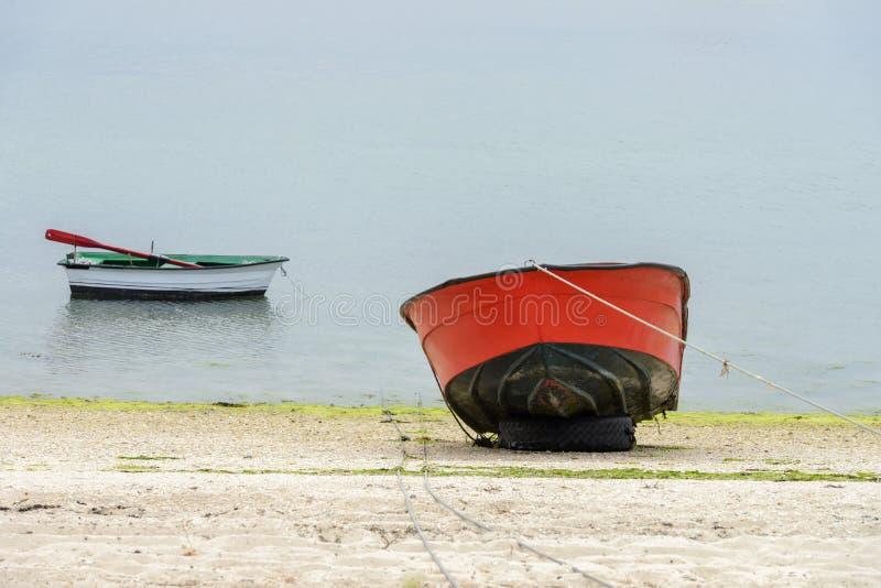 Красные деревянные причаленные рыбацкие лодки стоковое изображение rf