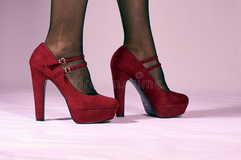 Красные женские ботинки стоковые фото