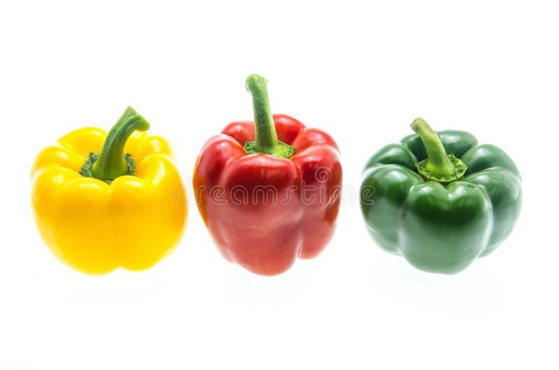 Красные, зеленые и желтые болгарские перцы на белой предпосылке стоковое фото rf