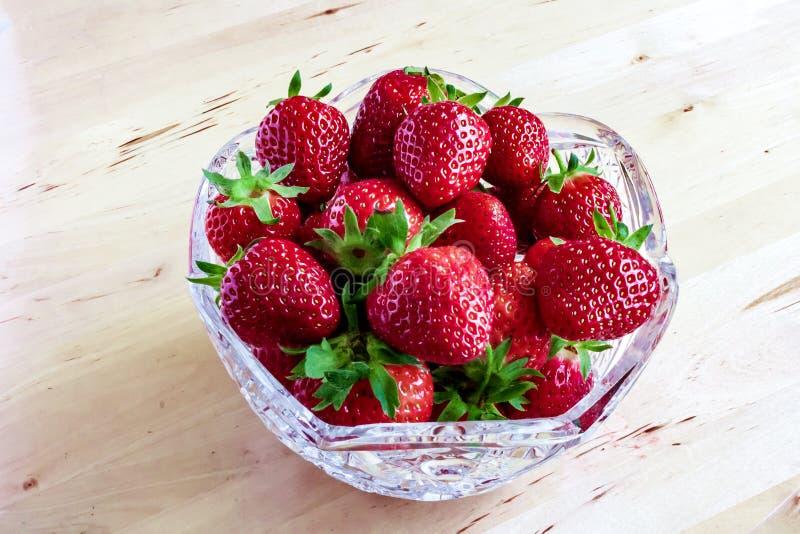Красные зрелые клубники ягод сада в глубокой прозрачной кристаллической плите, блюде, шаре, поддоннике, шаре, шаре, tableware стоковая фотография rf