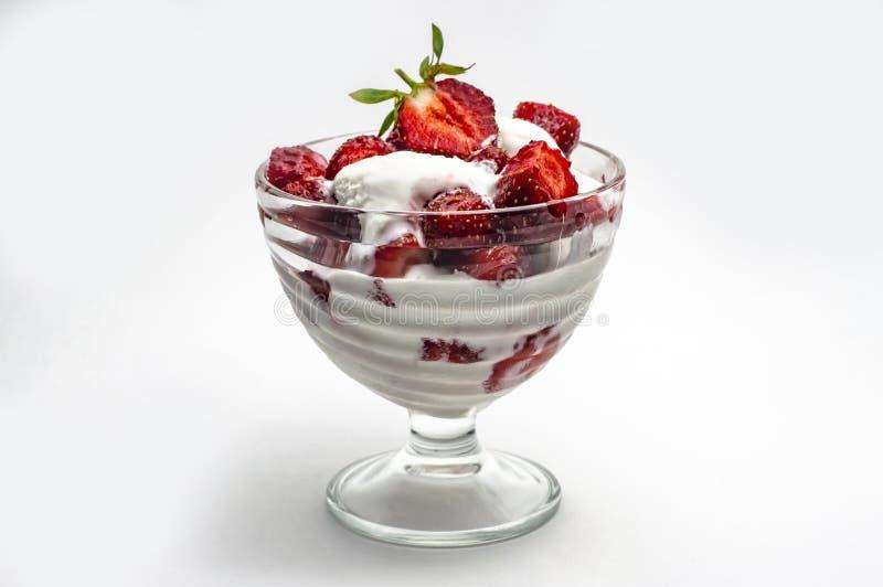 Красные зрелые сладкие клубники с мороженым в шаре мороженого на белой предпосылке стоковое изображение rf