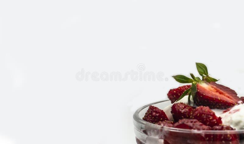 Красные зрелые сладкие клубники с мороженым в шаре мороженого на белой предпосылке стоковая фотография rf