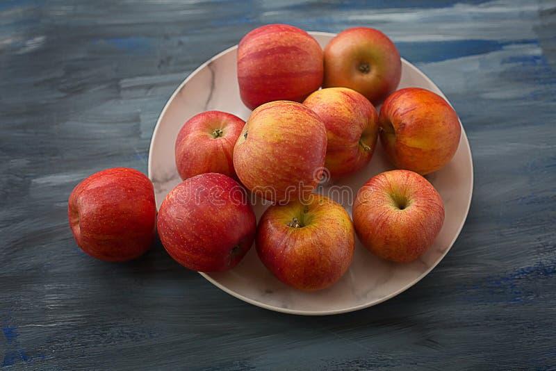 Красные зрелые яблоки на плите стоковое фото rf