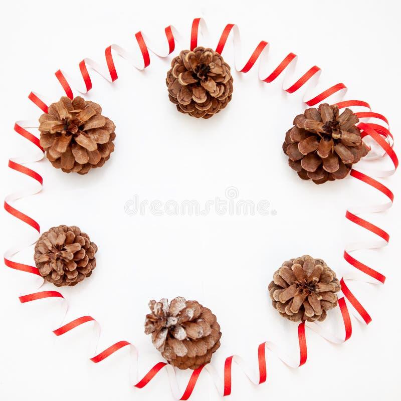 Красные игрушки рождества, украшение, pinecone glitter белизна изолированная предпосылкой рамка круглая стоковые фотографии rf