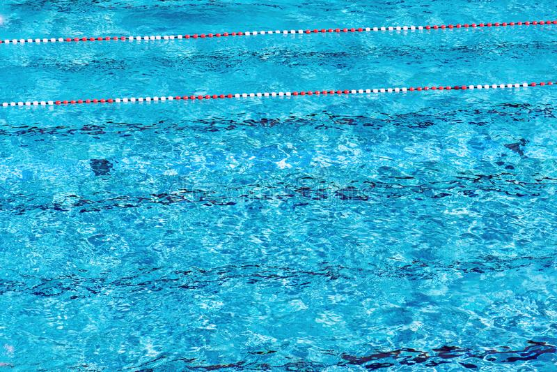 Красные и белые плавая майны в красивом открытом море, пустом открытом бассейне, дне лета солнечном, космосе экземпляра стоковое фото rf