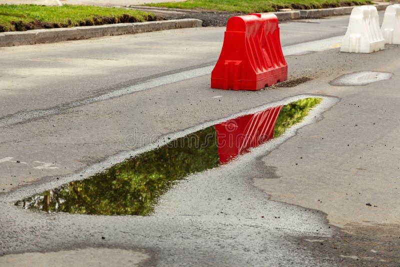 Красные и белые пластиковые дорожные блоки стоковая фотография rf