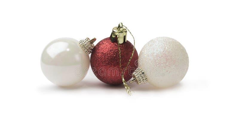 Красные и белые сияющие безделушки рождества яркого блеска изолированные на чисто стоковые фотографии rf