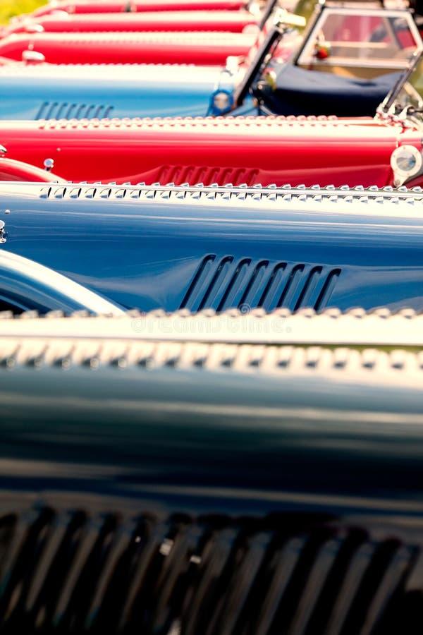 Красные и голубые классические автомобили стоковое фото rf