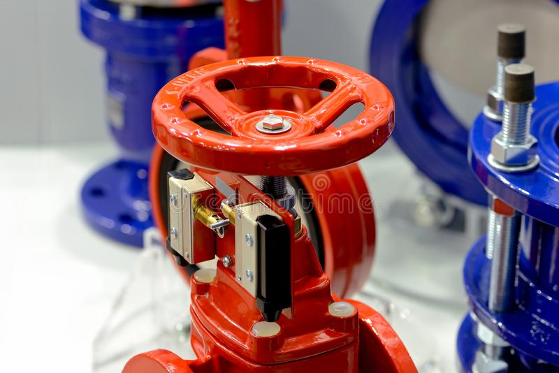 Красные и голубые промышленные клапаны на белизне стоковая фотография