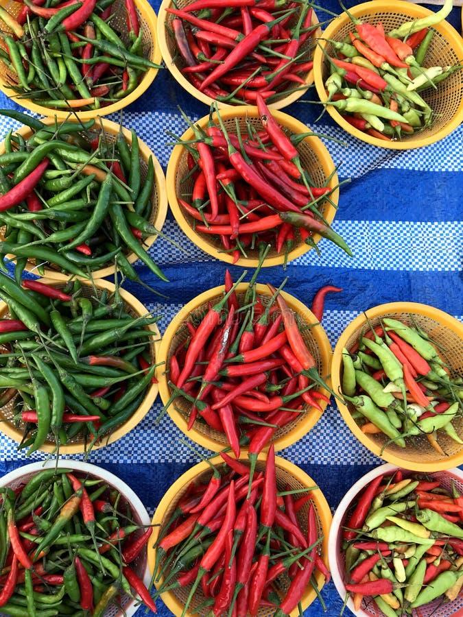 Красные и зеленые перцы peperoni Естественные текстура и предпосылка стоковые фотографии rf