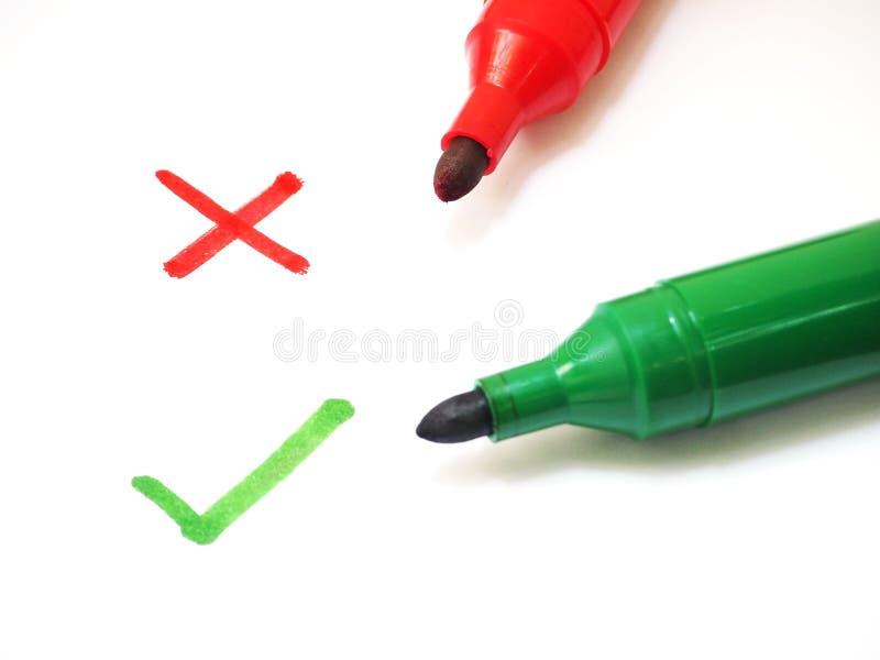 Красные и зеленые ручки отметки с крестом и контрольным списоком подписывают стоковые изображения