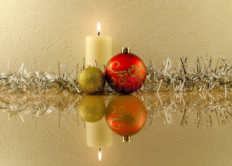 Красные и золотые шарики рождества на предпосылке горящего ca стоковая фотография