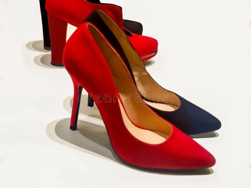 Красные и черные ботинки женщины высокой пятки стоковые изображения rf