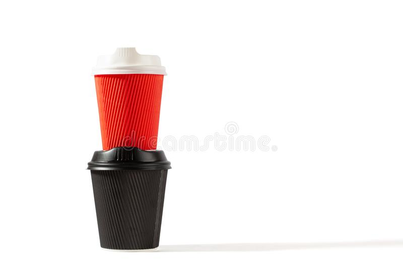 Красные и черные пластичные кофейные чашки стоковое изображение