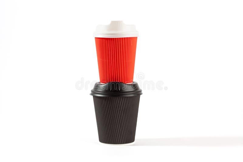 Красные и черные пластичные кофейные чашки стоковые фотографии rf