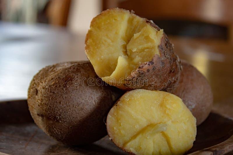 Красные кипеть картошки, и отрезок в половине: готовый для того чтобы быть потребителем для того чтобы сделать свежие gnocchi или стоковые фотографии rf