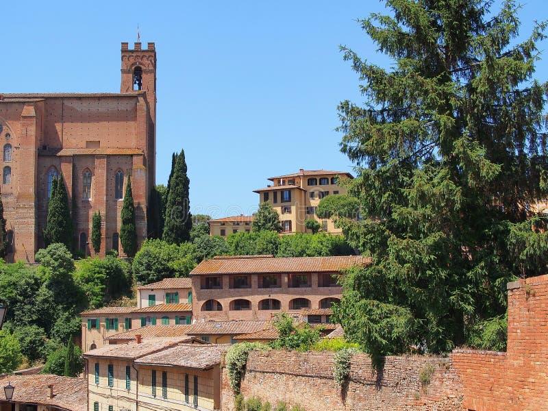 Красные кирпичные здания, cиенна, Италия стоковое изображение
