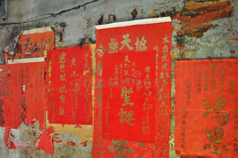 Красные китайские плакаты на выдержанной стене в Бангкоке, Таиланде стоковые фото