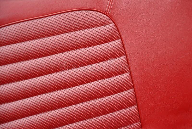 Красные кожаные места в ретро автомобиле стоковые фото