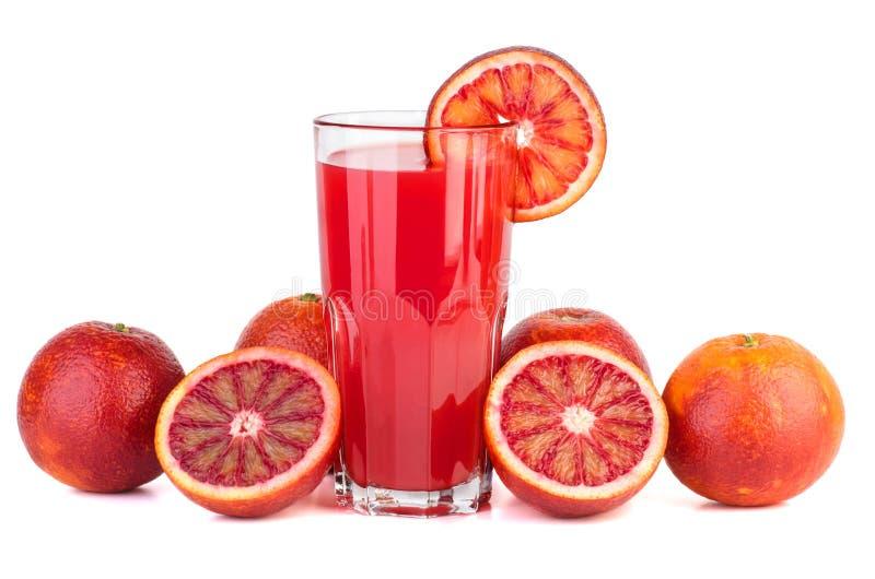 Красные кровопролитные апельсины и стекло сока стоковые фотографии rf