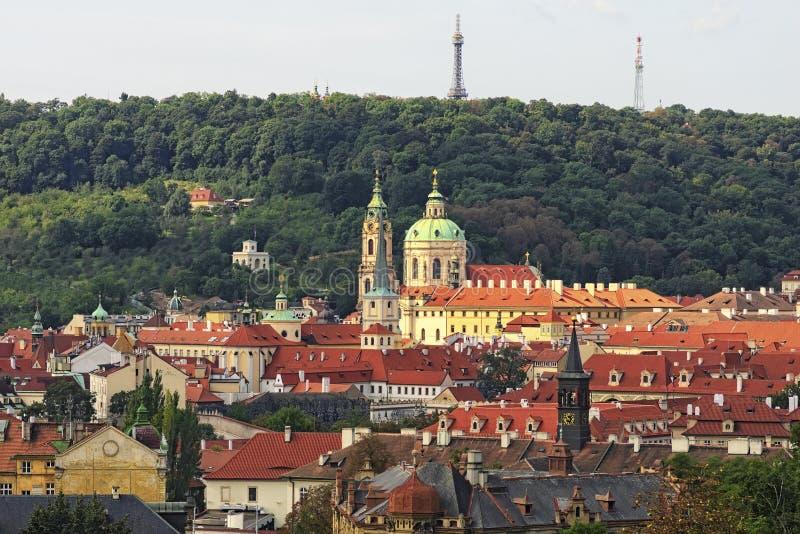 Красные крыть черепицей черепицей крыши домов в старой части, Праге, чехии стоковое изображение