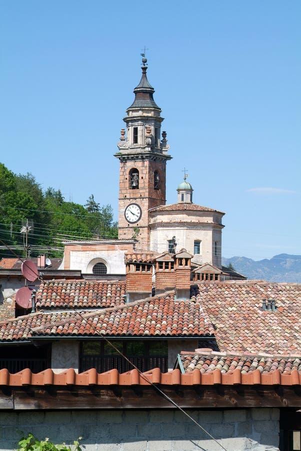 Красные крыть черепицей черепицей крыши и старая церковь в Carona стоковые изображения rf