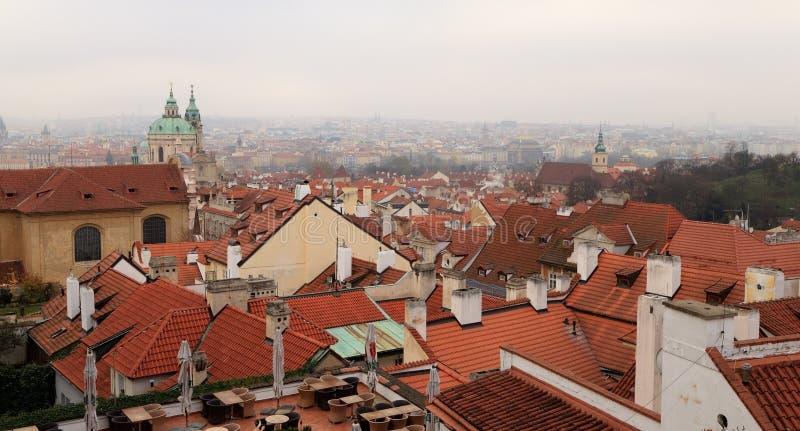 Красные крыть черепицей черепицей крыши домов в старом городке Прага стоковое изображение