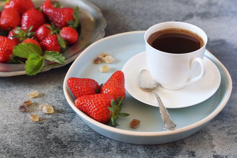 Красные клубники и чашка черного кофе стоковая фотография rf