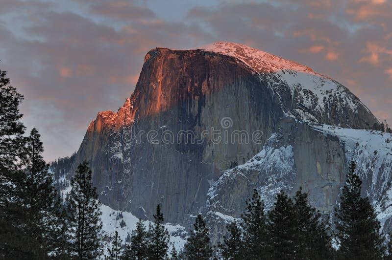 Красные облака над половинным куполом на заходе солнца, национальным парком Yosemite стоковое фото rf