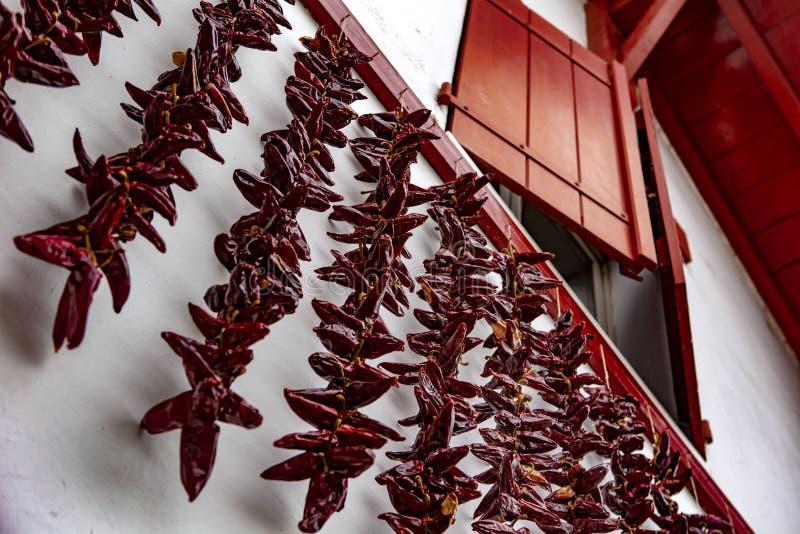 Красные окно и chili - Espelette стоковые фотографии rf