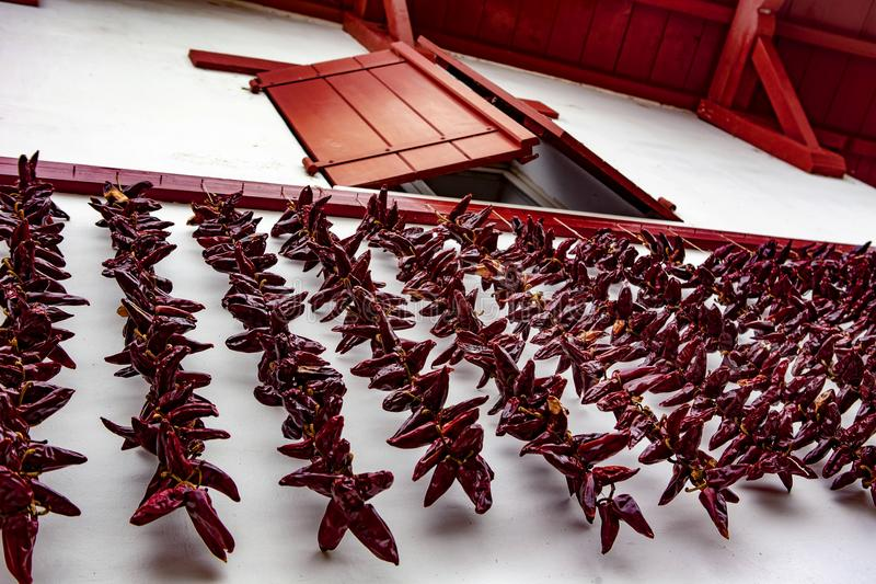 Красные окно и chili - Espelette стоковое фото rf