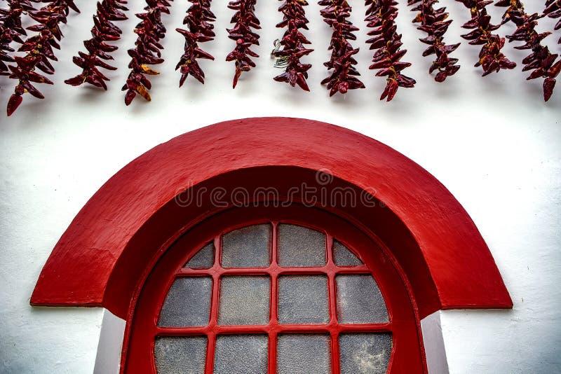 Красные окно и chili - Espelette стоковые изображения