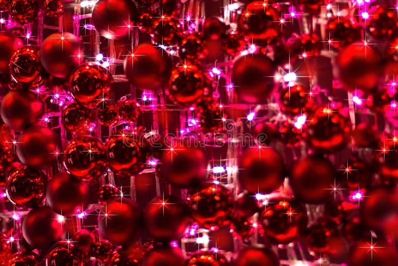 Красные орнаменты и света для украшения рождества стоковые фотографии rf