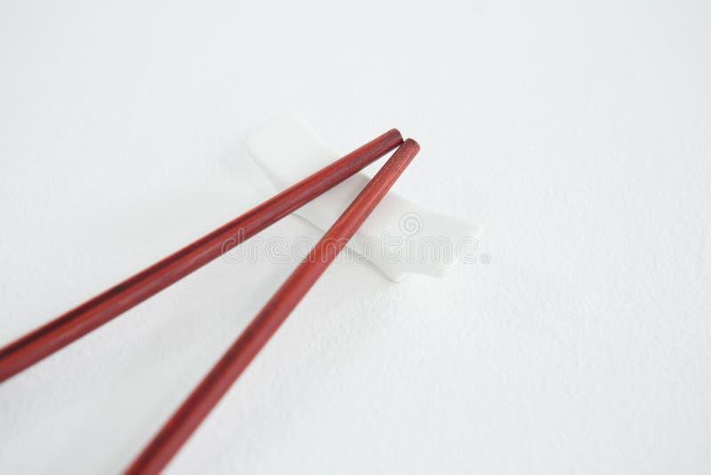 Красные палочки на остатках палочки стоковое фото