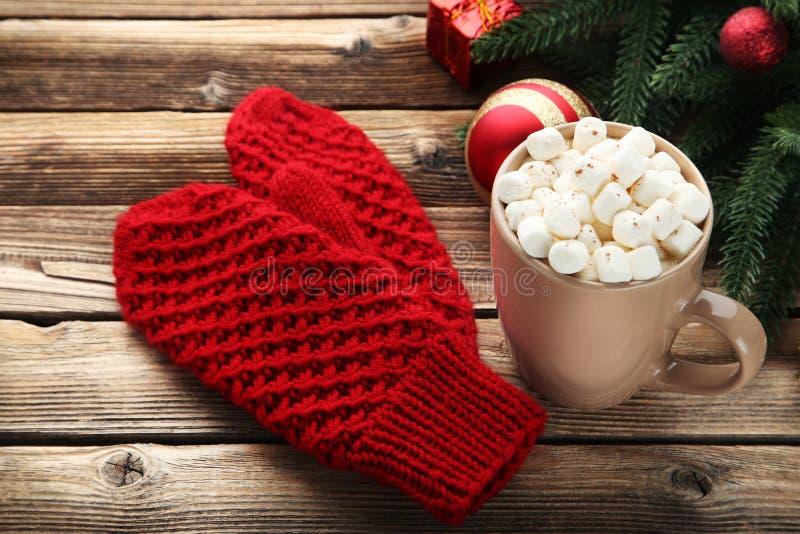 Красные перчатки с чашкой кофе стоковые фотографии rf