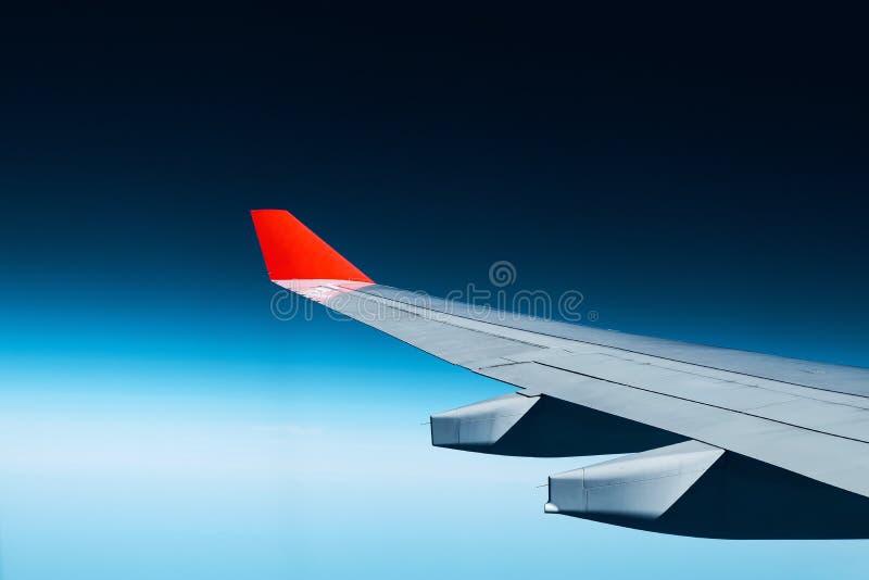 Красные плоские крылья и голубые небеса стоковые изображения rf