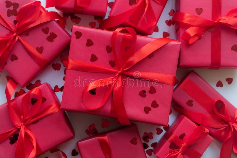 Красные подарочные коробки с лентой и confetti на белой предпосылке скопируйте космос Мать, женщины, свадьба, счастливое conce дн стоковые фото
