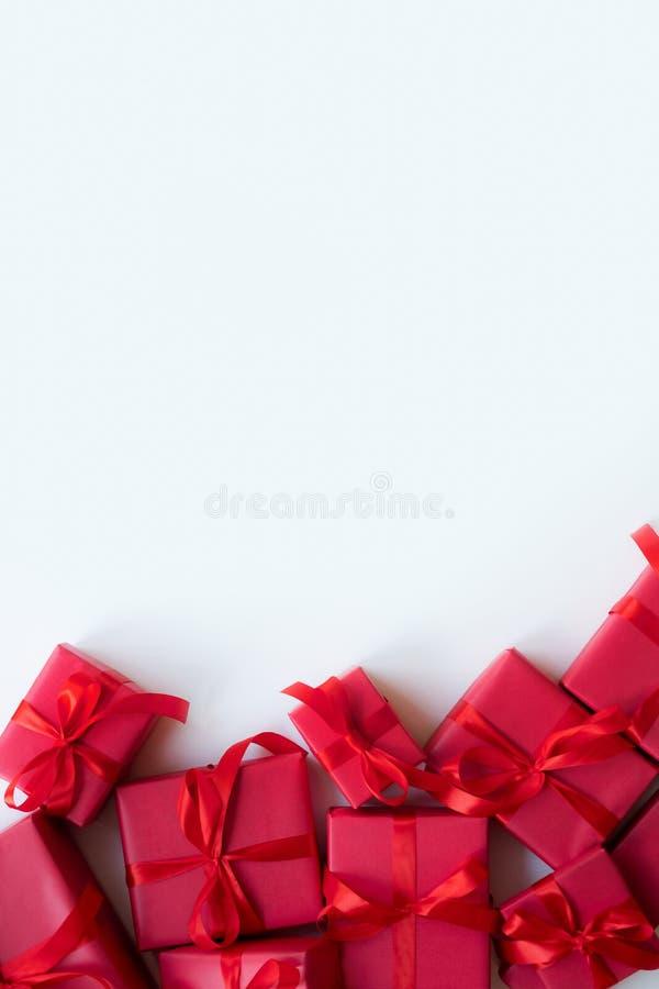 Красные подарочные коробки с лентой на белой предпосылке скопируйте космос Мать, женщины, свадьба, счастливая концепция дня Свято стоковое изображение rf