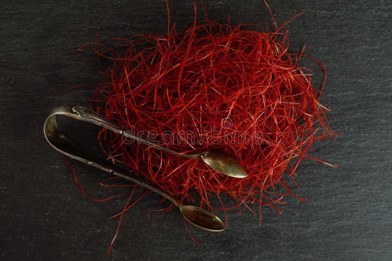 Красные потоки chili на сером камне стоковое изображение rf