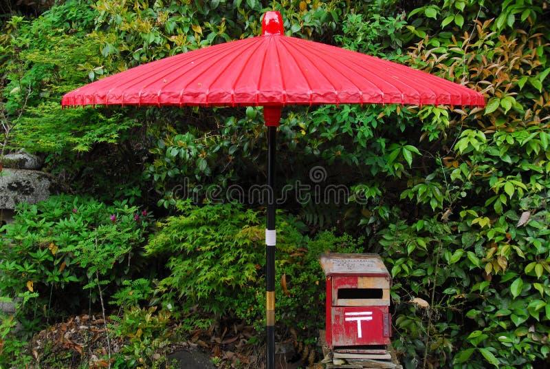 Красные почтовый ящик и зонтик стоковые изображения rf