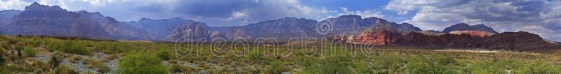 Красные пустыня и горы панорамы каньона утеса в Неваде стоковая фотография
