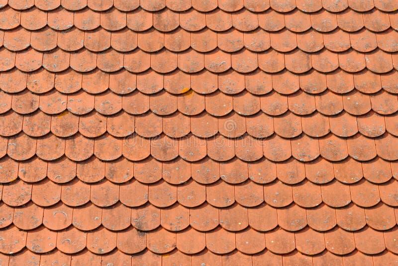 красные плитки текстуры крыши стоковое изображение