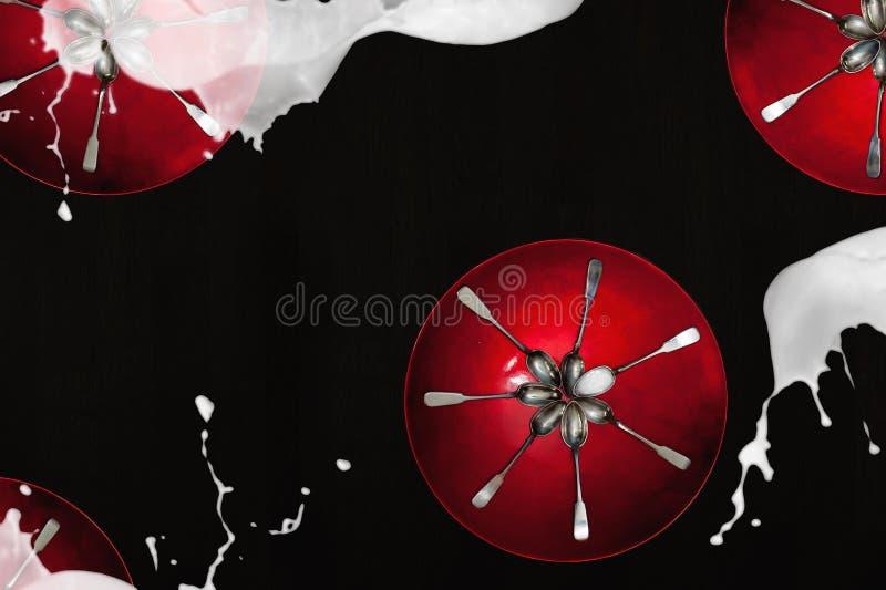 Красные плиты с серебряными чайными ложками стоковые фотографии rf