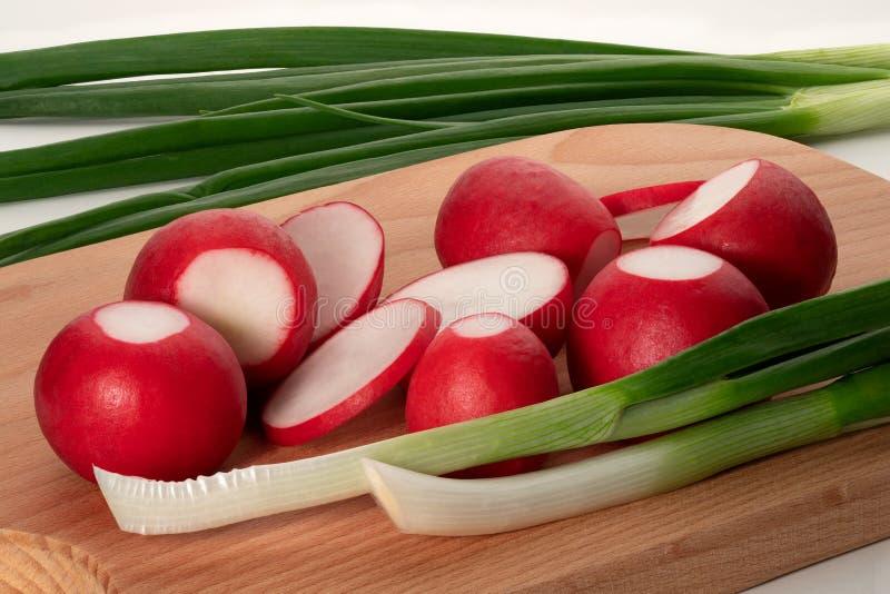 Красные редиски и зеленые луки стоковые изображения rf