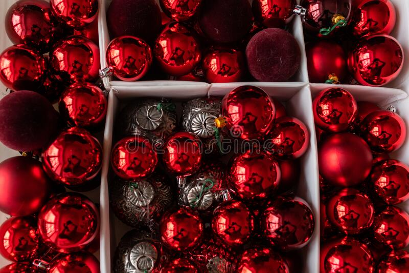 Красные рождественские игрушки, яйца для елки стоковая фотография rf