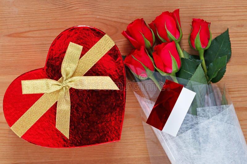 Красные розы и шоколады стоковые фото