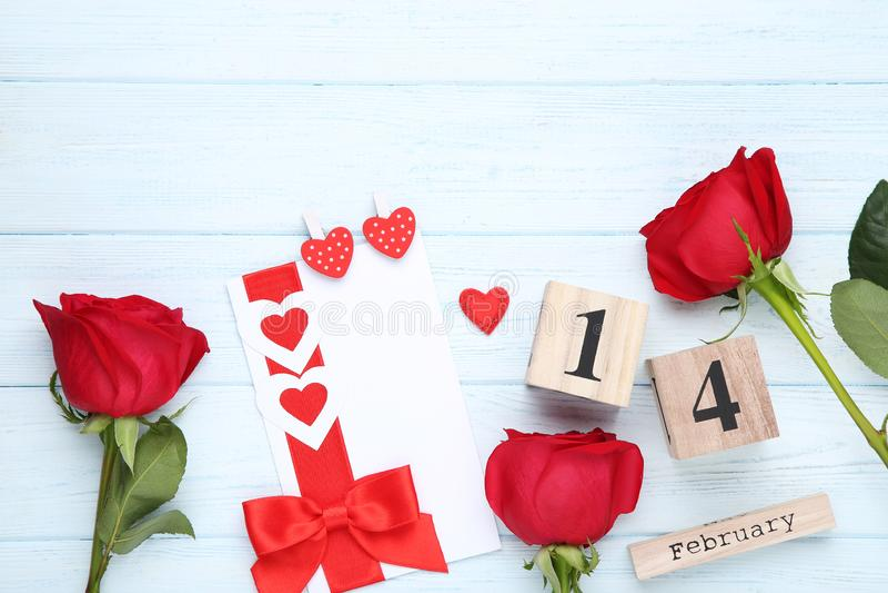 Красные розы с деревянным календарем стоковые фото