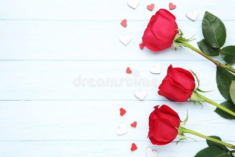 Красные розы с небольшими сердцами стоковая фотография
