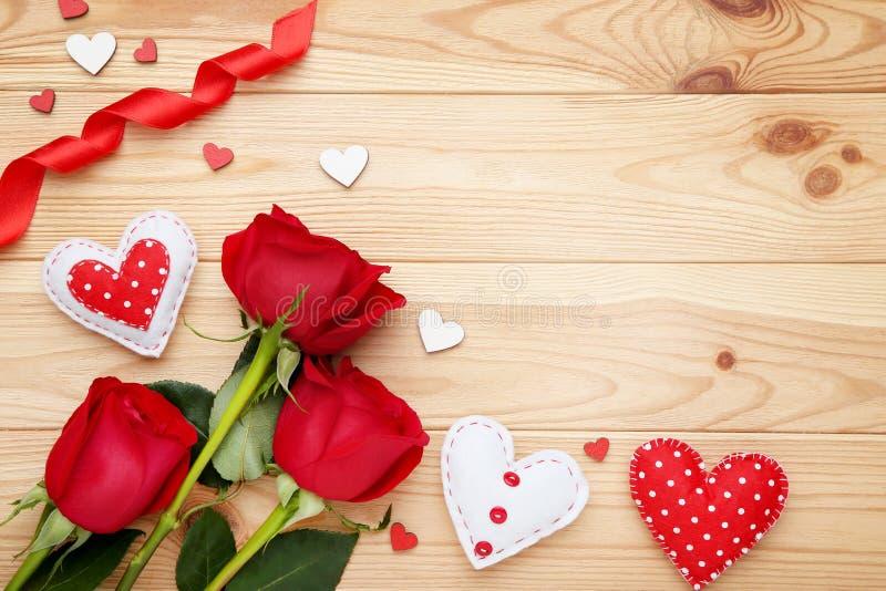 Красные розы с сердцами ткани стоковое фото