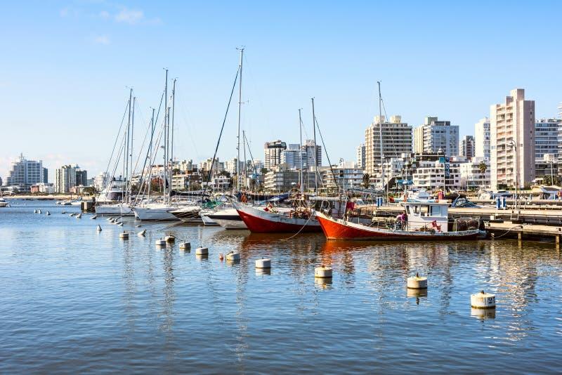 Красные рыбацкие лодки в Punta del Este затаивают, Уругвай стоковые изображения